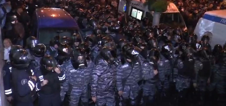 Видео штурма Евромайдана: сотни беркутовцев прорываются сквозь стену людей