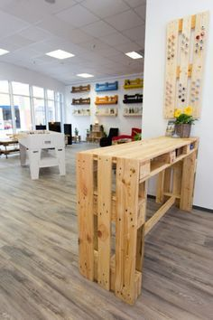 Mesa alta con palets ideas for Muebles reciclados baratos