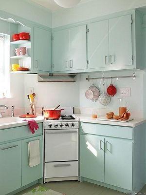 Tono de los muebles aguamarina en una cocina pequeña. Es bien :D ...