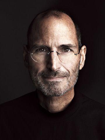 Steve Jobs | Business Portrait - modern und authentisch | Inspiration für moderne, ausdrucksstarke Businessfotografie | Inspiration Pose für ein Fotoshooting in dem Deine Persönlichkeit rüber kommt. | Businessfotografie Männer ~ Eindrucksvolle Männerportraits ~ Idee für Webseite oder Blog Porträt oder Bewerbungsfoto