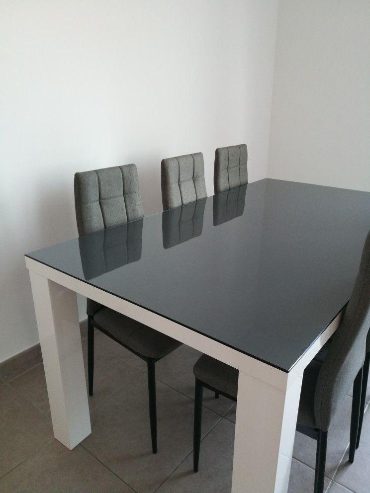 plateau de table en verre par sol gris