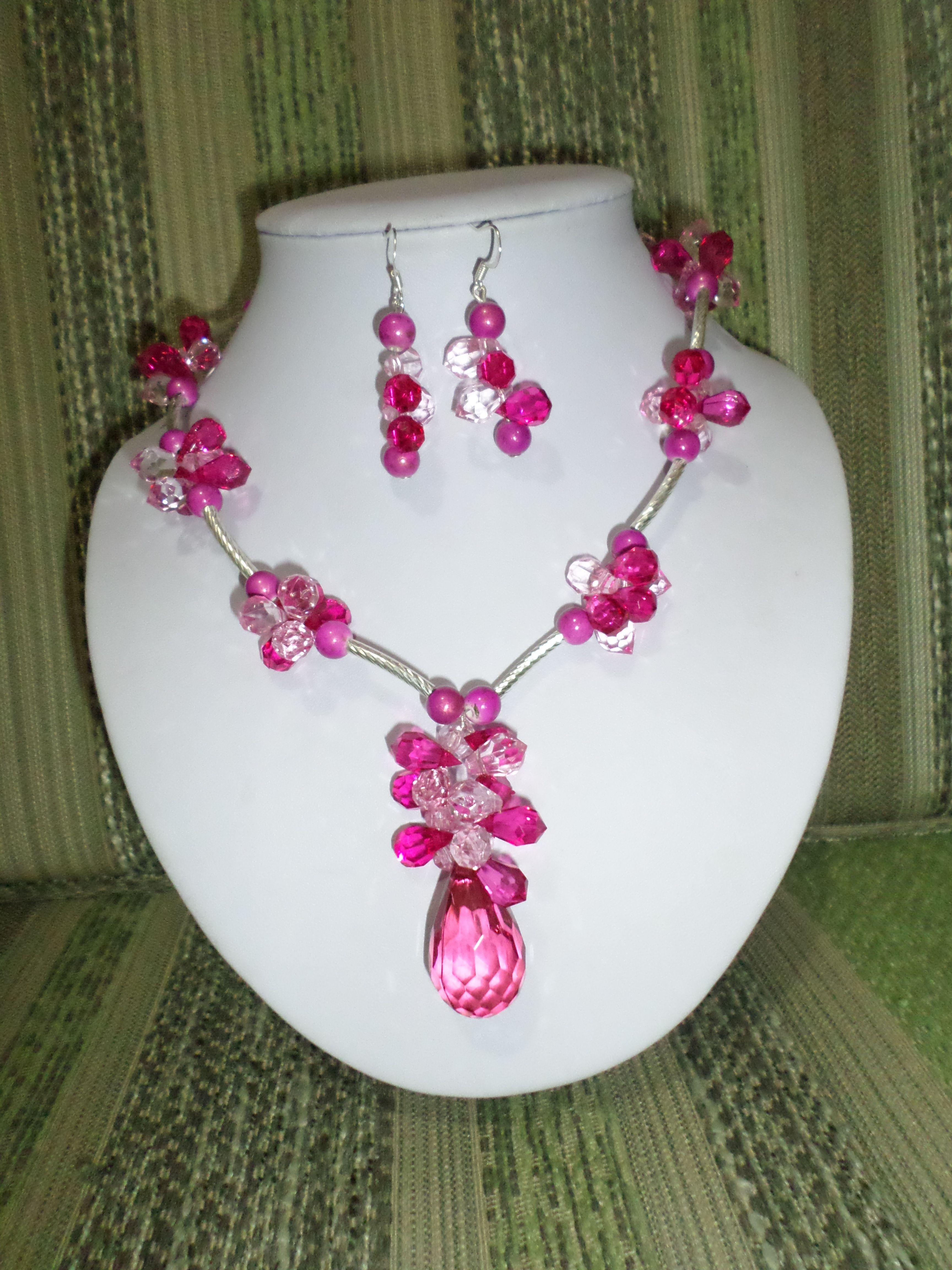 69afe4b7e763 9. Juego de aretes y collar con piedras y perlas fucsias