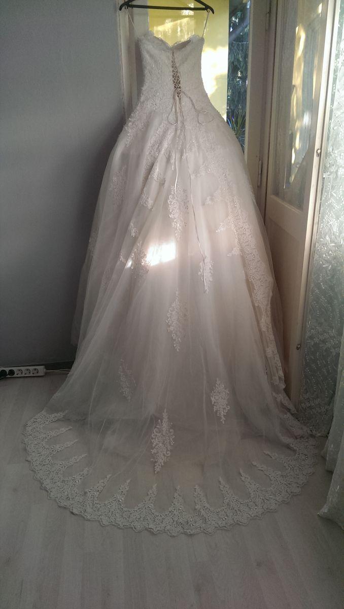 ♥ brautkleid mit langer spitzen schleppe ♥  Ansehen: http://www.brautboerse.de/brautkleid-verkaufen/brautkleid-mit-langer-spitzen-schleppe/   #Brautkleider #Hochzeit #Wedding