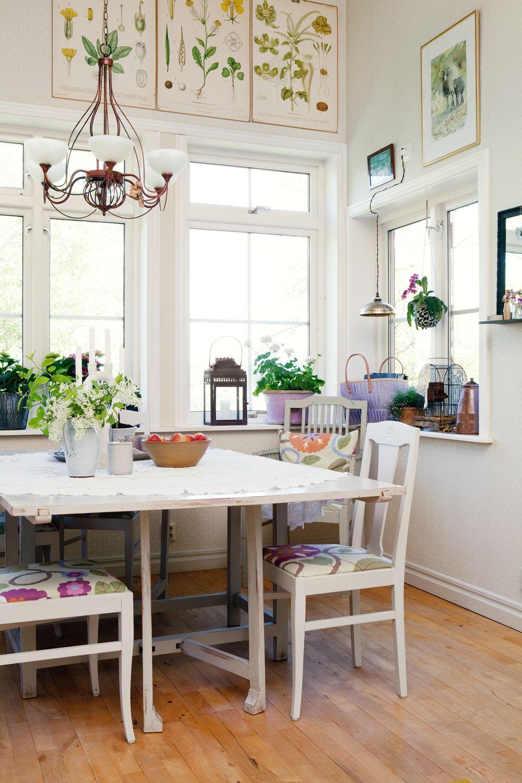 A kitchen for company / Köksbordet är köpt på loppis, liksom stolarna med tyg från Sandberg tyg och tapet. På bordet: ljusstake, fruktfat och sockerskål som Mary har gjort i sitt krukmakeri, Tomtens krukmakeri. Fågelbur i fönstret, från Grönbergs interiör, och lila tygväska, från Rice.