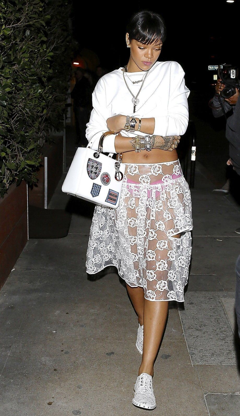 Rihanna con falda de Simone Rocha - © Gtres