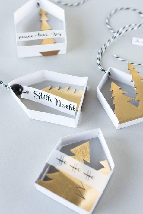Beschriftete Papierhäuschen als Baumschmuck zum Selbermachen