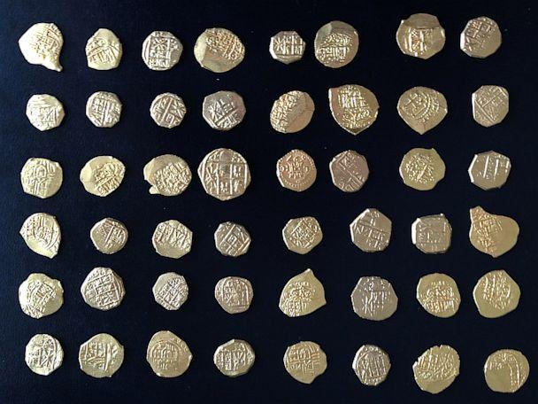 Los buscadores de tesoros encontrados recientemente estas 48 monedas de oro raras en un naufragio frente a las costas de la Florida  Treasure hunters recently found these 48 rare gold coins in a shipwreck off the coast of Florida.