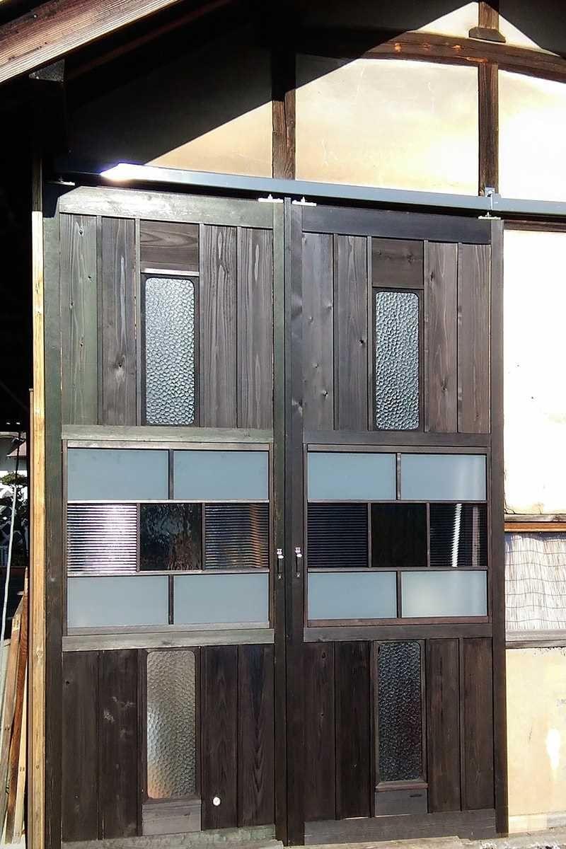 作業場の玄関ドアに レトロモダンな雰囲気のドアに仕上がりました
