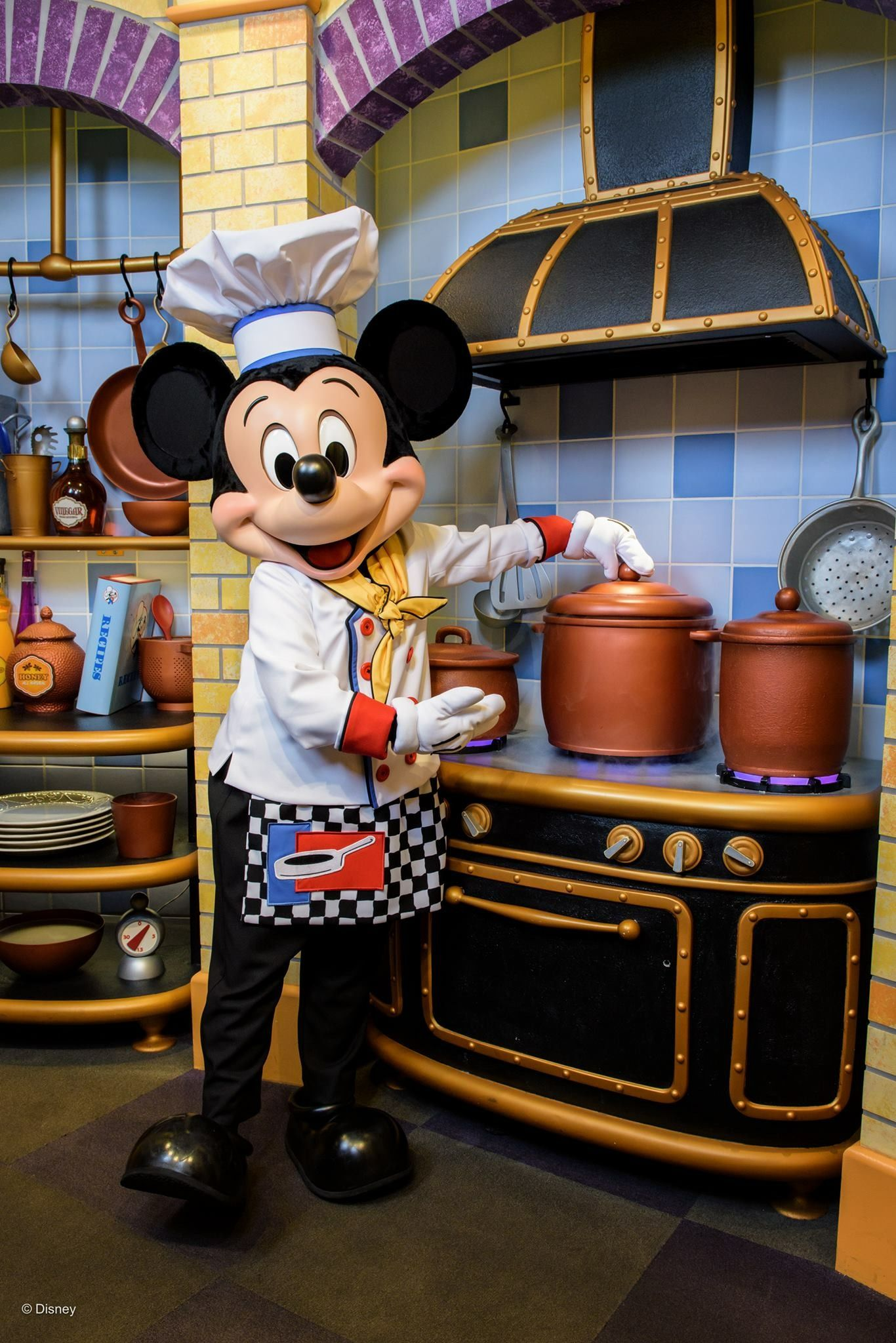 Mickey Mouse Helping In Goofy' Kitchen Pal