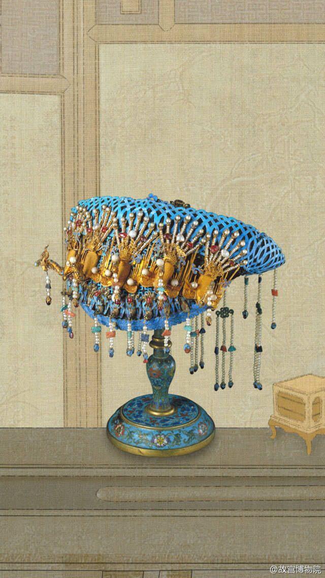 点翠工艺是中国一项传统的金银首饰制作工艺。 它是首饰制作中的一个辅助工种,起着点缀美化金银首饰的作用。翠,即翠羽