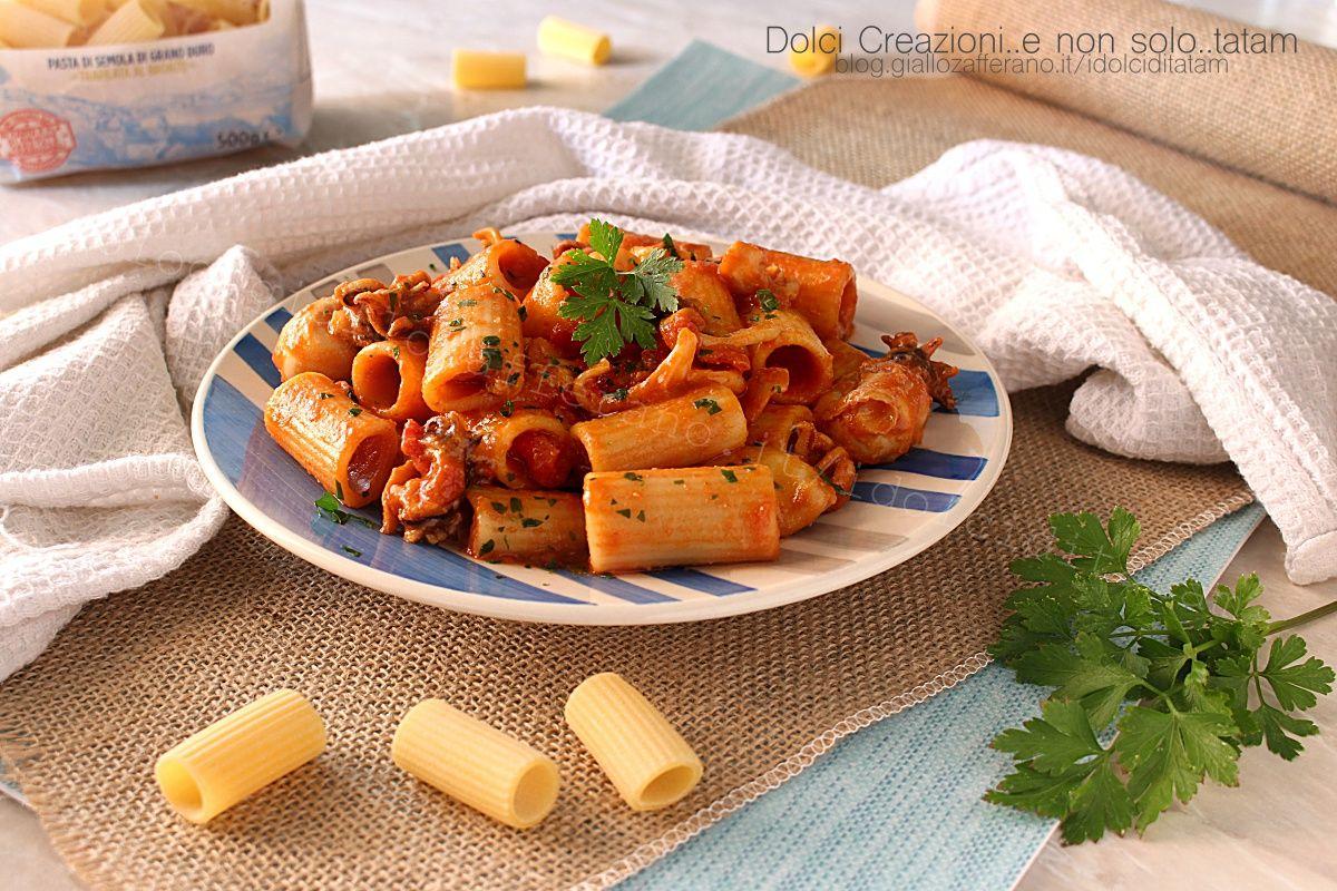 La Pasta con calamari al sugo è un gustoso primo piatto, facile e gustoso che sa di mare, di sole e di un pranzo in compagnia delle persone che più amate.