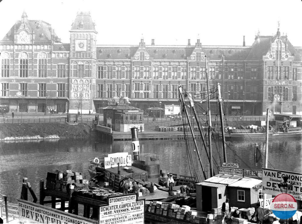 Amsterdam: Centraal Station en Steiger van de Noord-Hollandse Tram. Op de voorgrond eerste steiger Prins Hendrikkade in 1896