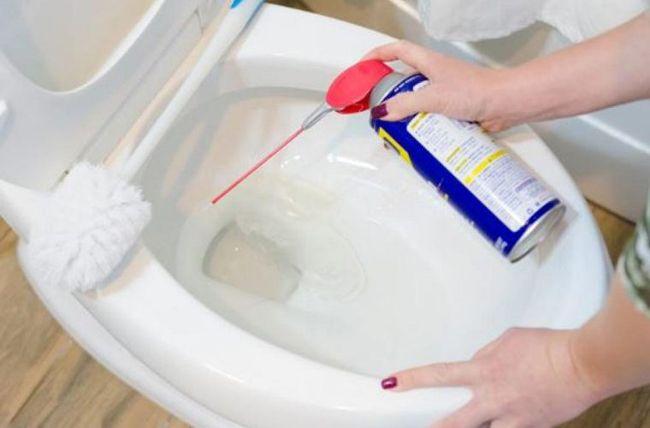 Hoje em dia, o produto WD-40 pode ser encontrado em quase todas as casas. Muitas famílias usam isso para lubrificar dobradiças, mas ele tem outras funções bastante úteis para o dia-a-dia.