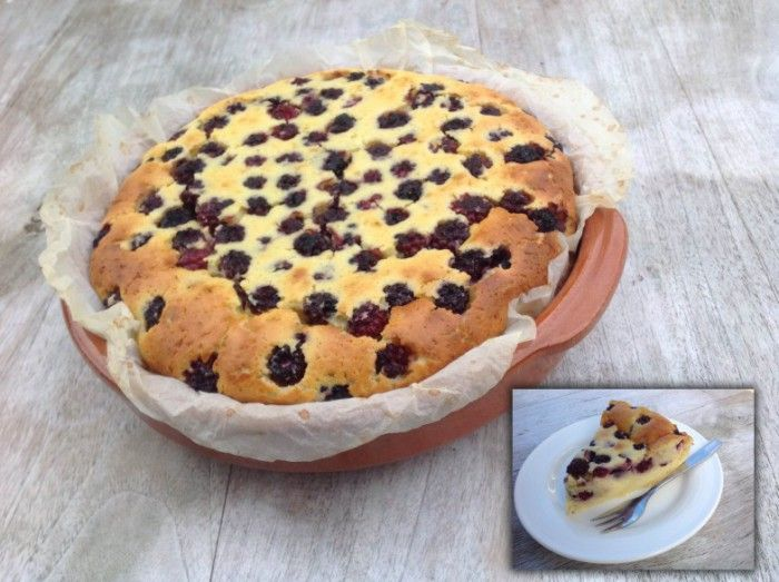 Clafoutis is een echte Franse klassieker uit de streek Limousin. Oorspronkelijk wordt het gemaakt van kersen die worden overgoten met een dik beslag van eieren, melk en bloem. Het wordt in de oven gebakken en lauw als nagerecht geserveerd. Clafoutis ziet eruit als taart, is een dessert, lijkt op een dikke pannenkoek? Maakt allemaal niet uit, het smaakt verrukkelijk. Deze versie wordt gemaakt met bramen, dus hup het bos in!