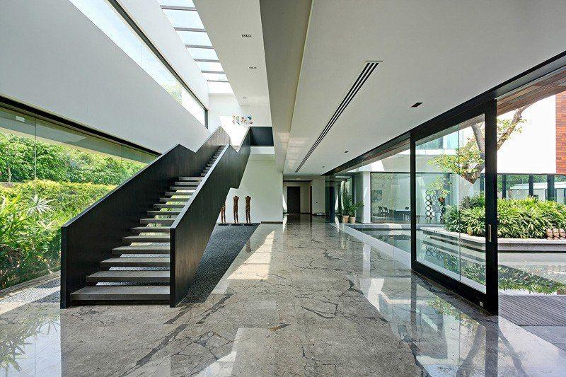 Maison contemporaine en plein paysage luxuriant avec piscine en Inde - entree de maison contemporaine