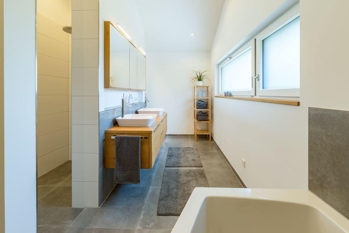 Modernes Badezimmer Dusche gemauert & Waschtisch aus Holz