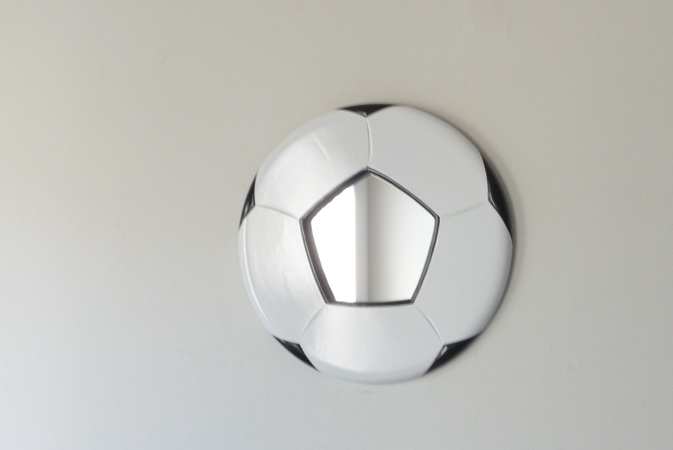 Soccer ball that thinks it's a mirror !