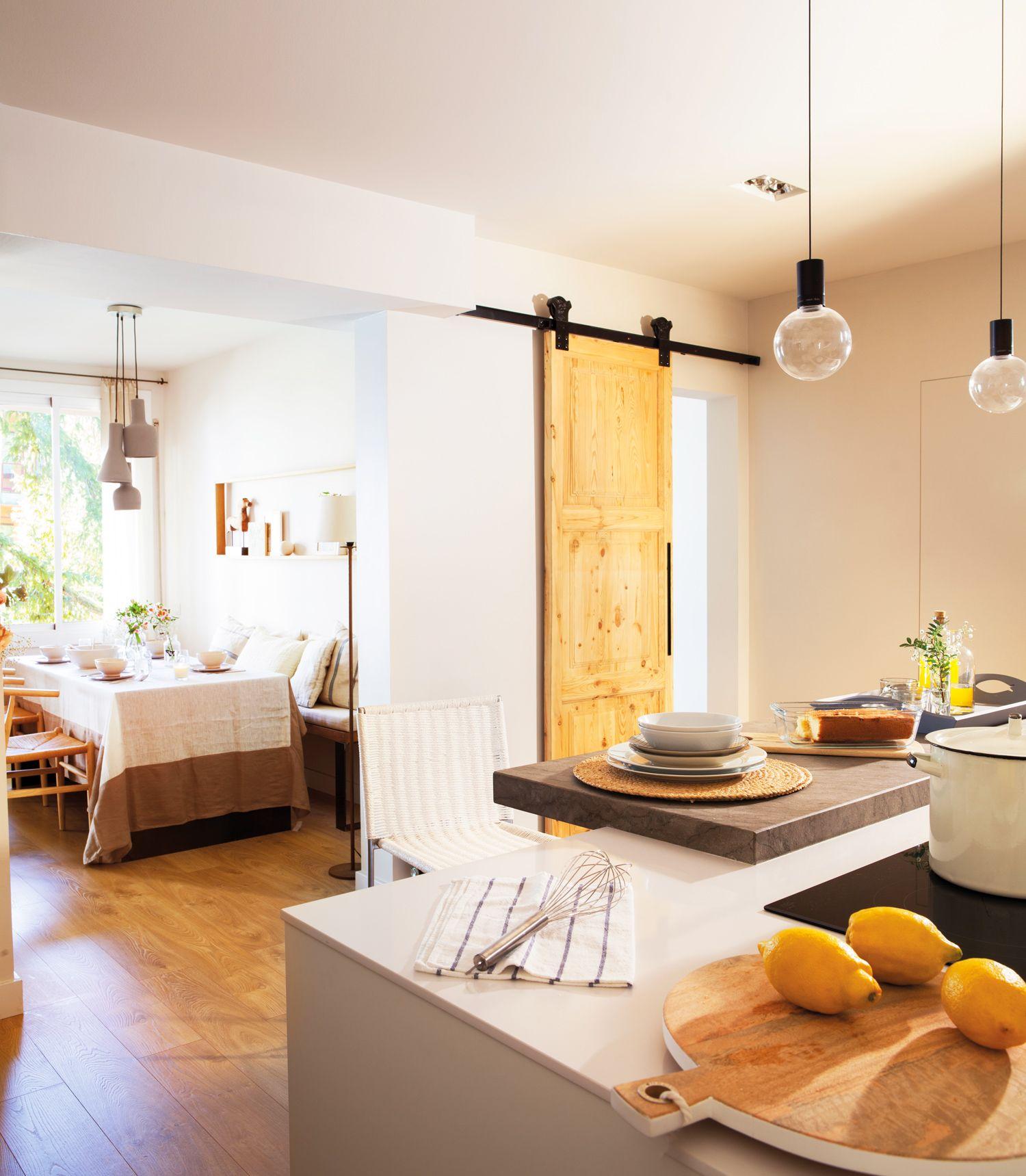 cocina abierta al comedor con puerta corredera rstica con riel de metal_442294 - Puerta Corredera Cocina