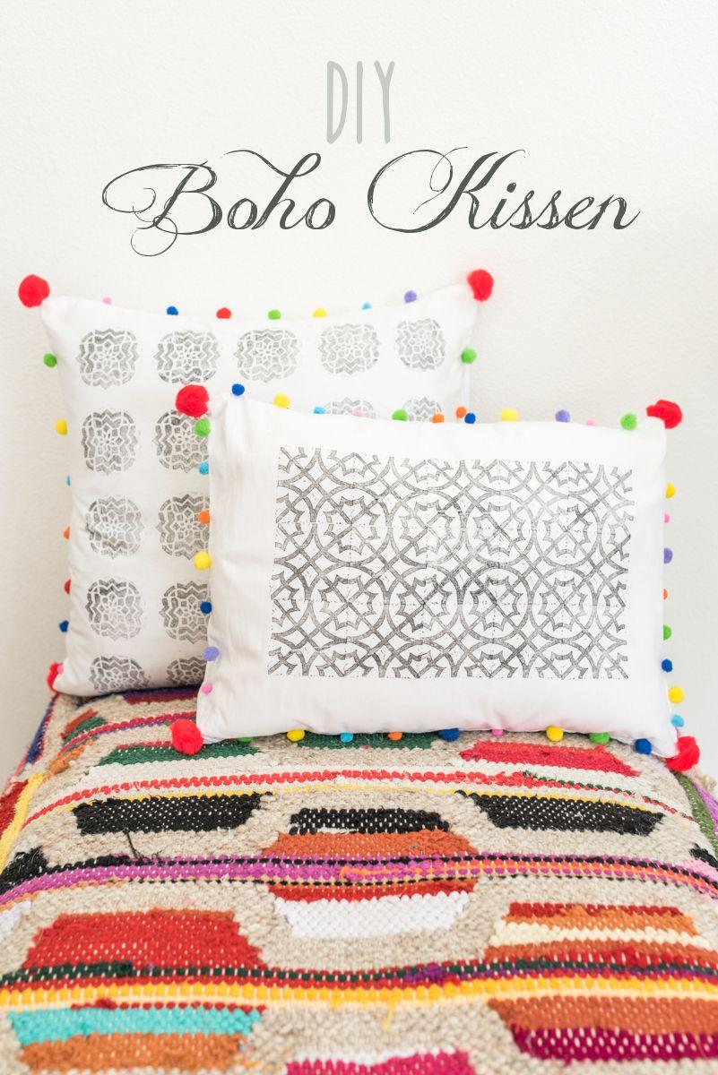 Anleitung Für Selbst Gemachte DIY Kissen Mit Textilfarbe, Stempeln Und  Bunten Pompoms Als Deko Für
