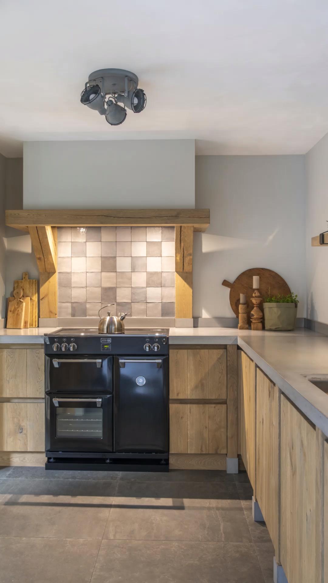 Eiken verouder, vergrijsde greeploze keuken met betonnen werkblad