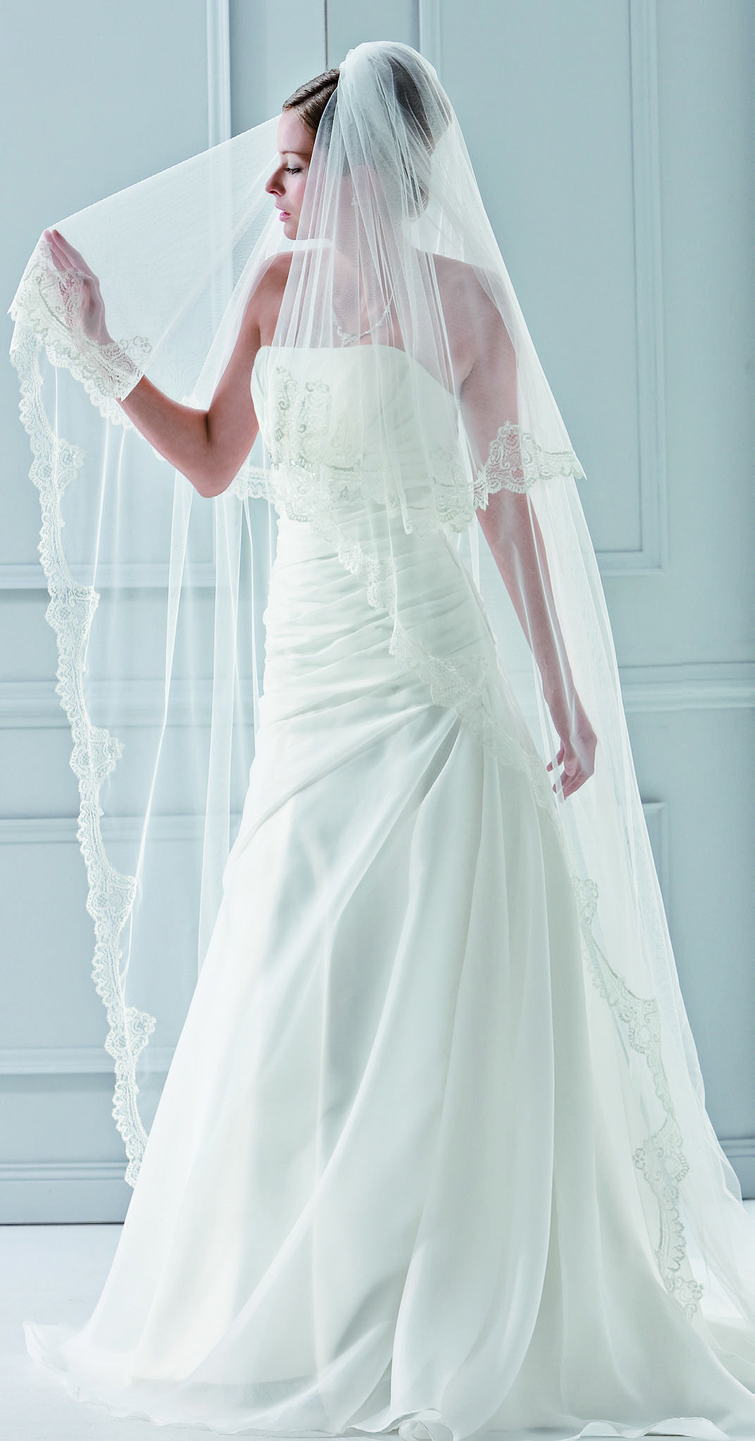 Our all time best selling lace veil - a perfect match with nearly all bridal gowns and absolutely regal! (2788)