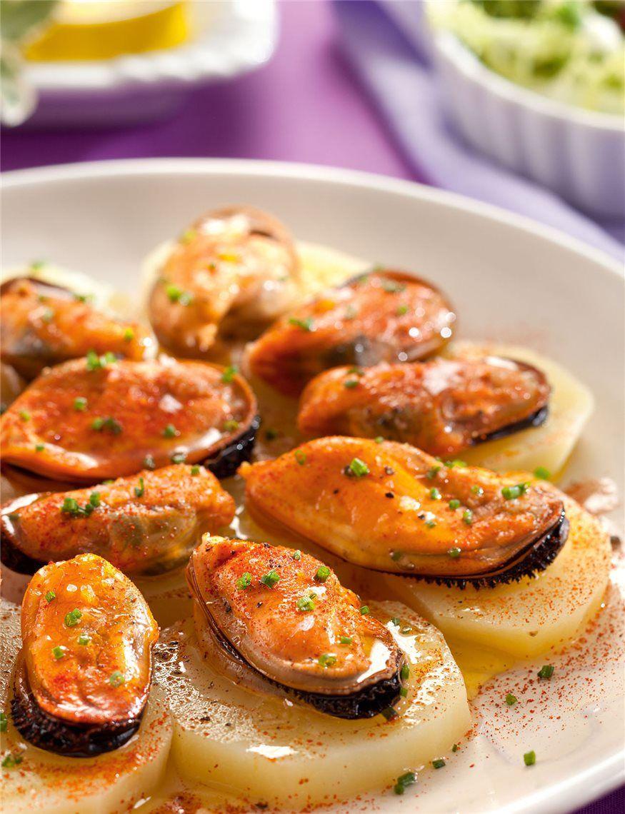 Patatas hervidas con mejillones al pimentón