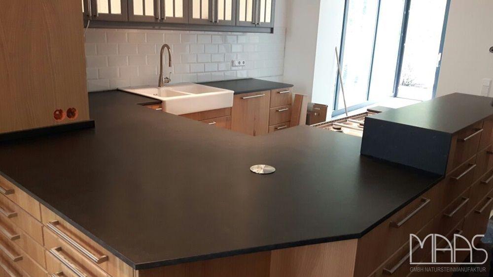 Satinierte Granit Arbeitsplatten aus dem Material Nero Assoluto - küche granit arbeitsplatte