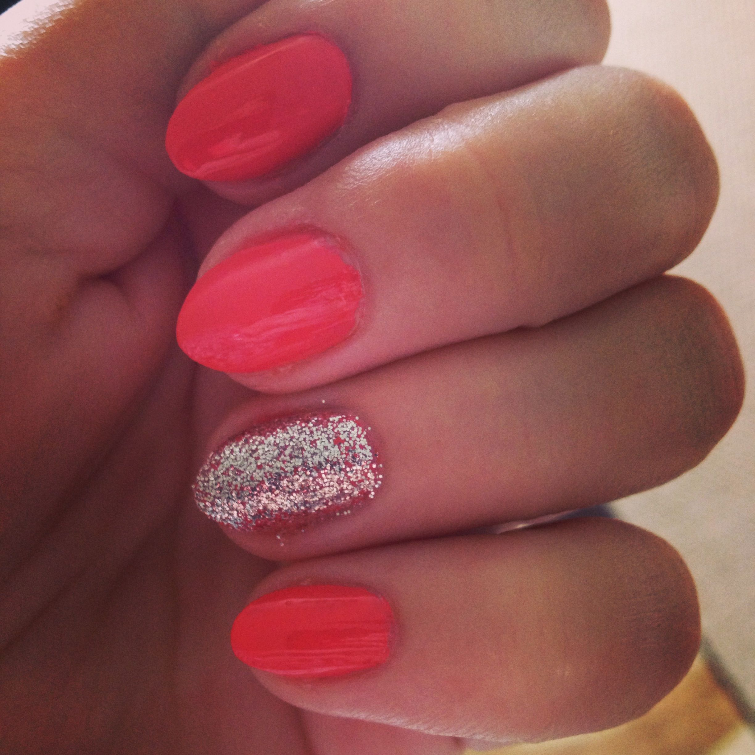 Haven\'t gotten myself to have an accent nail, but I love the SHORT ...