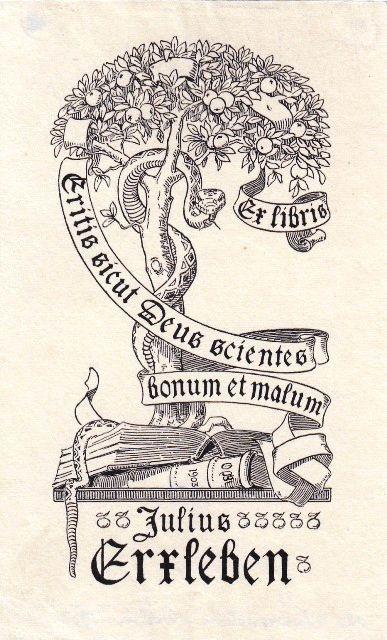 """Blankenstein, Otto (1858-1929): Ex libris Julius Erxleben [Bankier in Berlin]. Auf Büchern wurzelnder Baum der Erkenntnis, von Schlange und Spruchband umwunden. """"Eritis sicut Deus scientes bonum et malum"""" (Ihr werdet sein wie Gott, erkennen das Gute und Böse - Spruch, den Mephisto in Goethes Faust in das Stammbuch des Schülers schreibt)."""