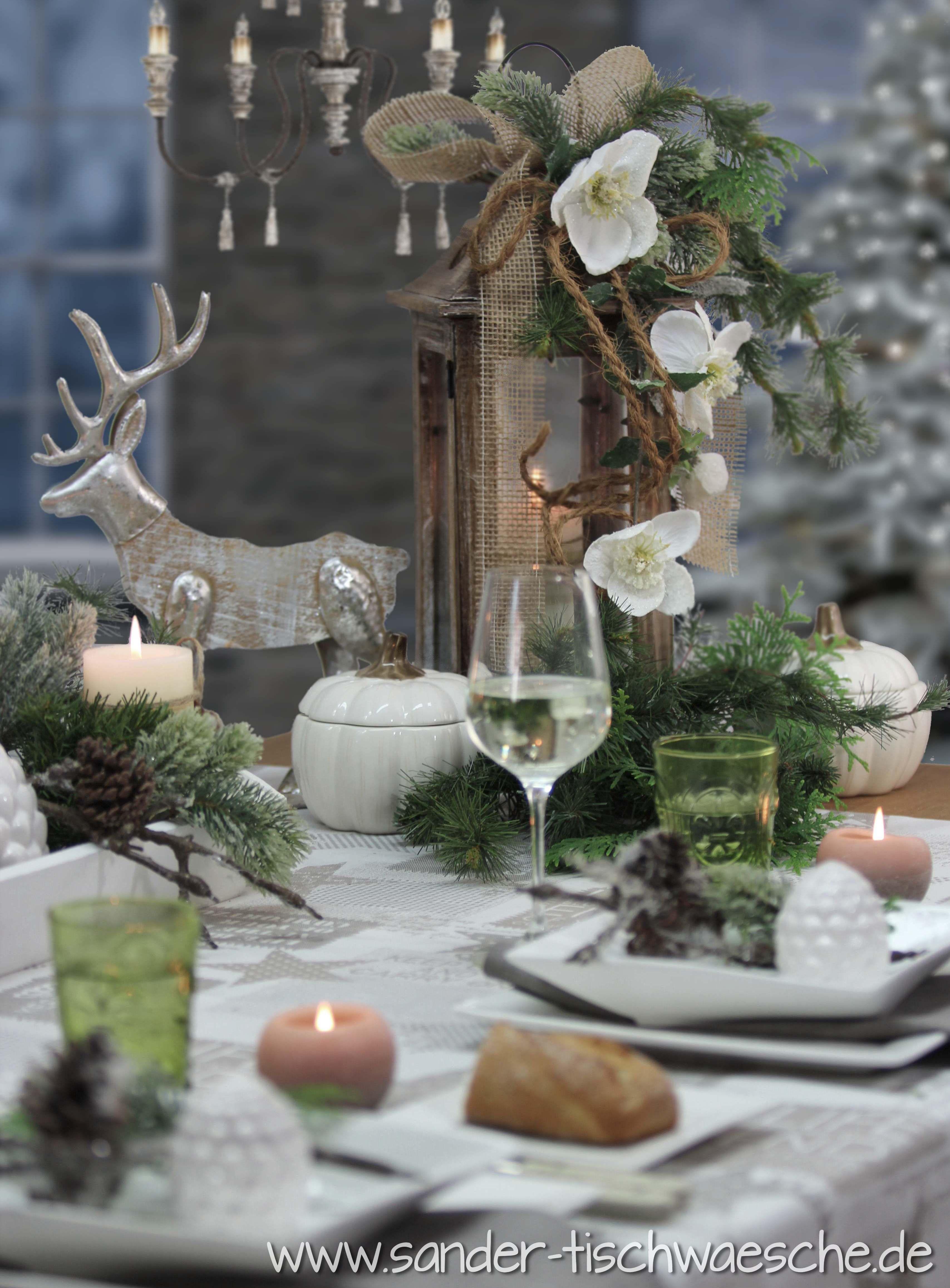 Tischdeko zu Weihnachten: die Holzlaterne wurde schnell aufgehübscht mit Juteband und Kordel, ein paar Zweigen und Christrosen. Die Tischdecke ist von sander-tischwaesche.de #dekoweihnachtentisch