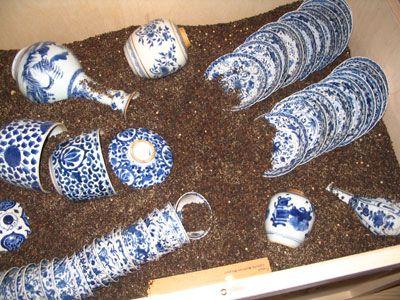 Onderdeel van de tentoonstelling: porseleinen servies in de theebladeren.