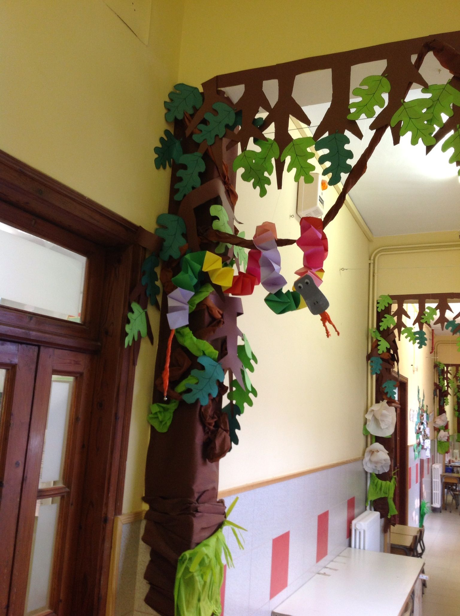 Una serp de cascabell pel passad s puertas decoracion for Decoracion de puertas infantiles