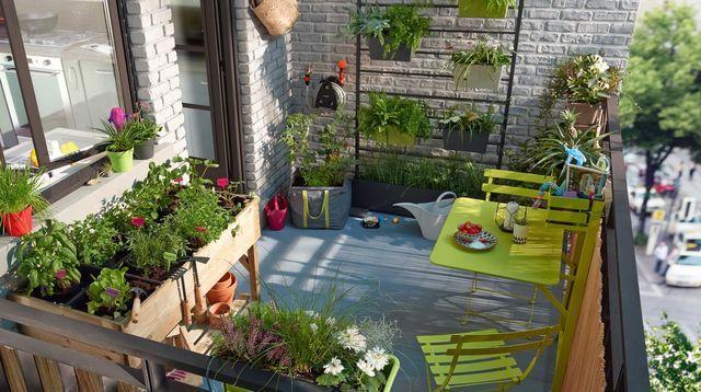 Balcon  aménagement, décoration, balcon fleuri, en ville
