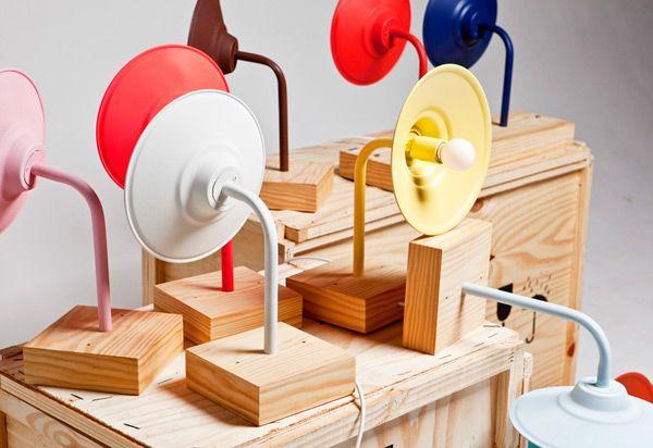"""Foi pelas mãos do designer Rodrigo Reis (do estúdio 78 Design) que surgiu a linha de mobiliário Protótipo 78 – em exposição no Cartel 011, de 15 de outubro a 4 de novembro. Protótipo 78 é uma série de 15 peças criadas a partir de madeira de reflorestamento, bonitas e funcionais, por um """"design acessível (...)"""
