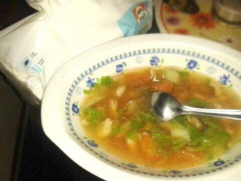 Homemad soup, dari bahan yang ada di kulkas. Udang + daging+sayur? Hmm.. memang kombinasinya agak beda. Namanya juga menggunakan bahan seadanya :D Semuanya stok dari kulkas.  Udang dikupas, daging dipotong kecil-kecil saja. Bisa ditambahkan bakso yang dipotong dua. Plus sedikit sawi putih dan tomat. Kaldunya sisa dari kaldu ikan plus diberi penyedap, garam, lada, dan kecap.  #SuperMeatLover Ohya tissue 365 @infosuperindo selalu siap ada di rumahku setiap saat.