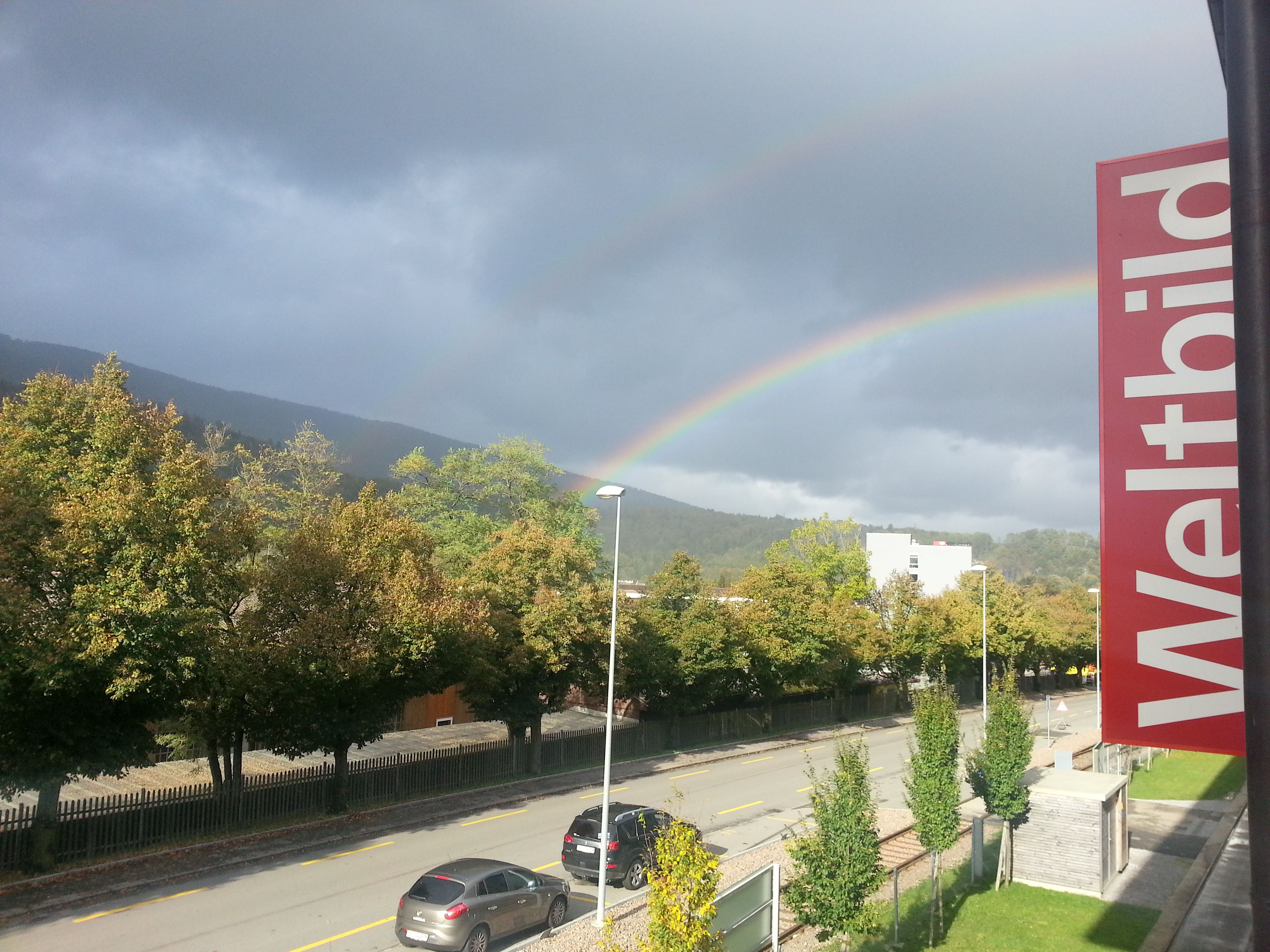 Ein doppelter Regenbogen direkt vor unserem Haus! Ein Zeichen um Feierabend zu machen?    Wir wünsche jedenfalls allen ein schönes Wochenende :-)