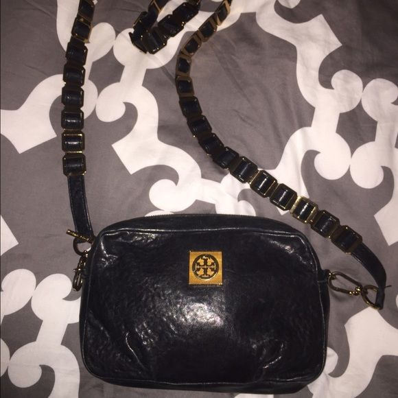 Tory Burch Louiisa Purse This black Tory Burch tote is the perfect size to hold all of your essentials. The strap is very unique and this style is no longer available online or in stores. Dust bag included. I can provide more pictures at request *no trades or Paypal please* PRICE HAS BEEN REDUCED FROM $150 Tory Burch Bags Crossbody Bags