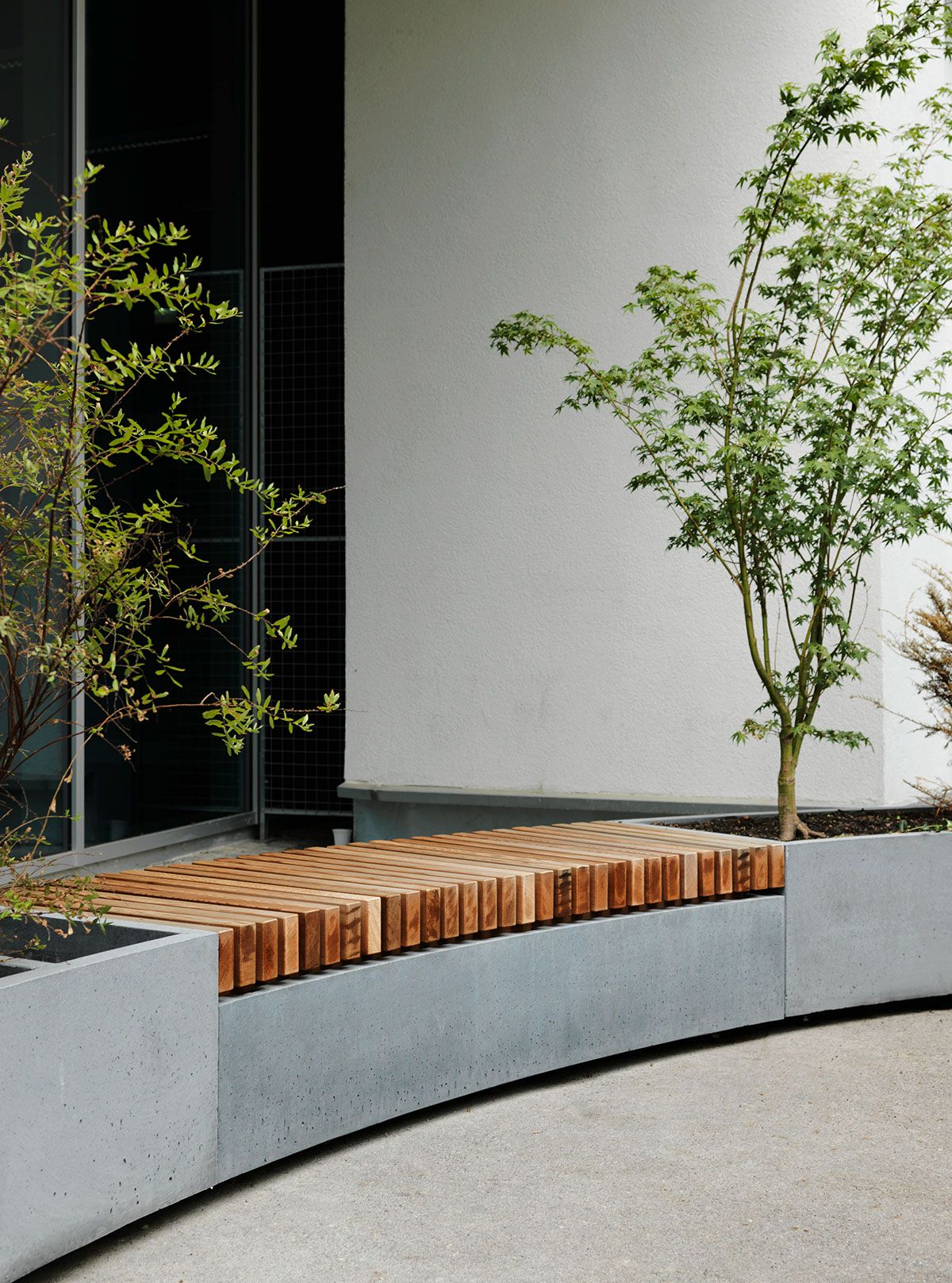 neugestaltung eines innenhofs in wien mit betonelementen pflanzgef e und sitzb nke aus beton. Black Bedroom Furniture Sets. Home Design Ideas