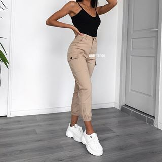 Photo of I pantaloni cargo beige sono di nuovo disponibili. 🔎 pantaloni