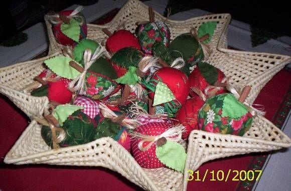 Maçãs estilizadas, feitas com tecido 100% algodão com motivos natalinos. Perfumadas com óleos essencias de frutas. Preço da unidade Pedido mínimo de 5 peças R$ 12,00