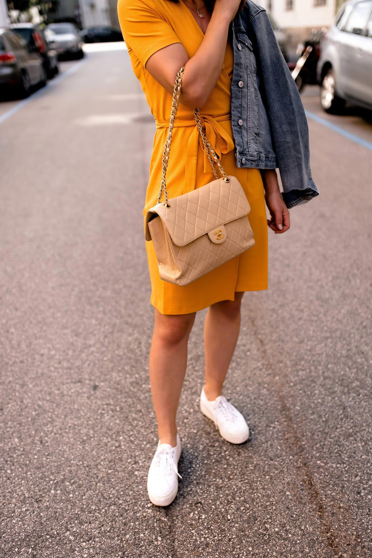 06c06f10dba4 enthält unbeauftragte Werbung, gelbes Kleid kombinieren, Outfit Ideen Sommer,  lässige Outfits Sommer, Sommer Outfit kombinieren, Outfit mit Kleid und ...