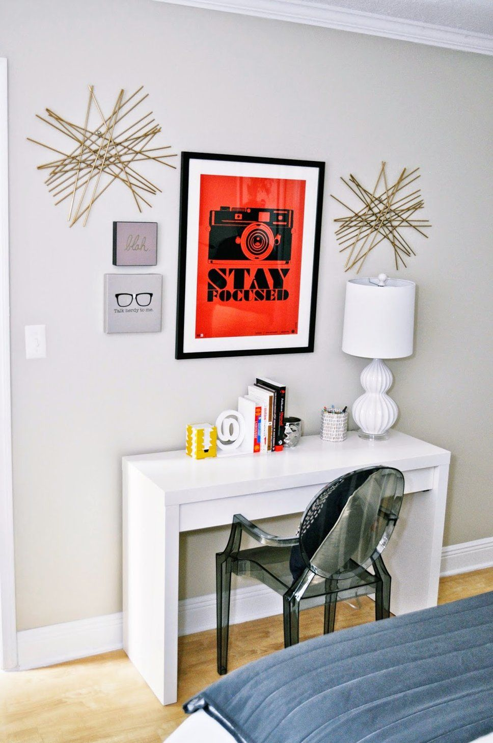 I love this minimalist desk set up, especially the pop of ...