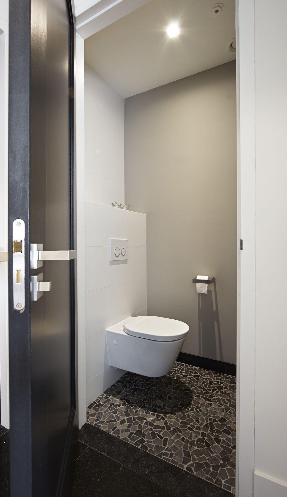 Luxe toilet met glasmozaiek | badkamer ideeën | design badkamers ...