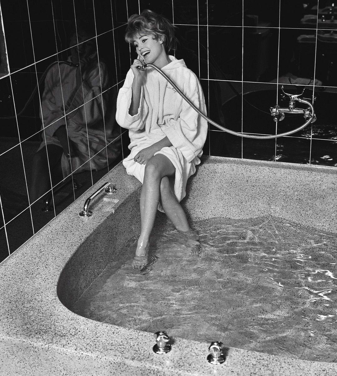 Les plus belles photos des de @parismatch_magazine  #1957 - #BB est à #Münich pour le gala du journal #MünchnerIllustrierte lors des festivités du #MardiGras. Brigitte et de bonne humeur elle a envie de plaisanter elle fait semblant de téléphoner avec le pommeau de la douche. #Bardot est déjà une #star mais pour ses copains de #ParisMatch elle reste la petite fiancée rigolote et sexy. Photo: Francois Pages / Paris Match by parismatch_vintage