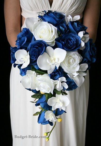 ramo de novia en cascada con rosas azules y orquídeas - exuberante