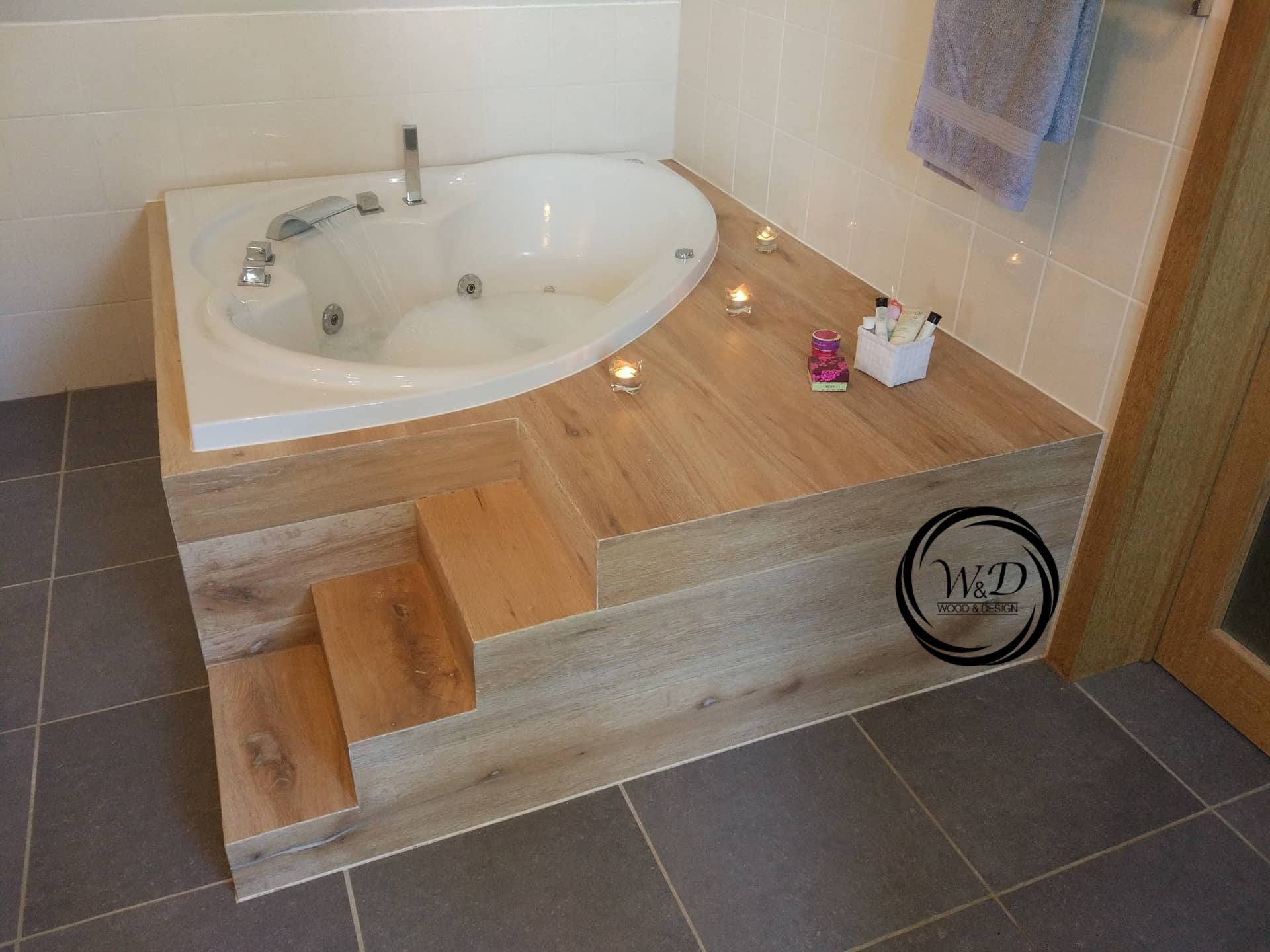 Habillage en plaqué chêne d'une baignoire d'angle avec escalier