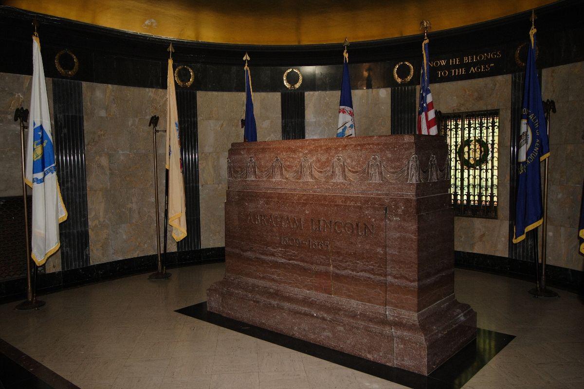 Abraham lincoln 39 s tomb interior oak ridge cemetery for Interior site