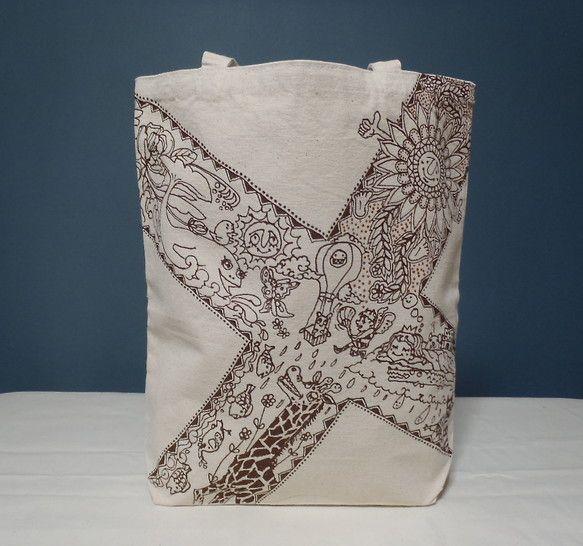 布用専用インクを使ってペイントを施したオリジナルトートバッグのご紹介です。柄モチーフは太陽、魚、植物、動物など様々に描きこんであります。メルヘンチックなかわい...|ハンドメイド、手作り、手仕事品の通販・販売・購入ならCreema。