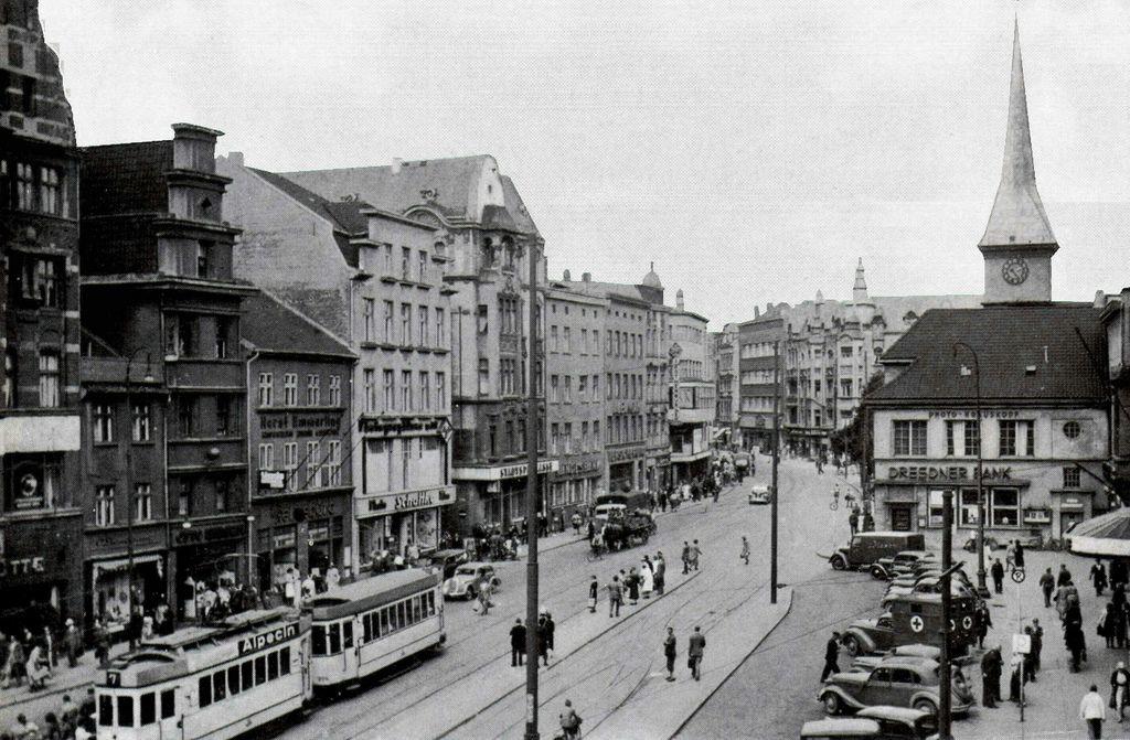Der Steindamm in Königsberg war die Hauptverbindung von der Altstadt nach den Hufen. Auf der rechten Seite ragt hinter der Dresdner Bank der Turm der Steindammer Kirche empor. Foto 1930er Jahre.