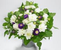 Blomsterflor i hvid og blå #white #blue #buket #whiteandblue #bouquet